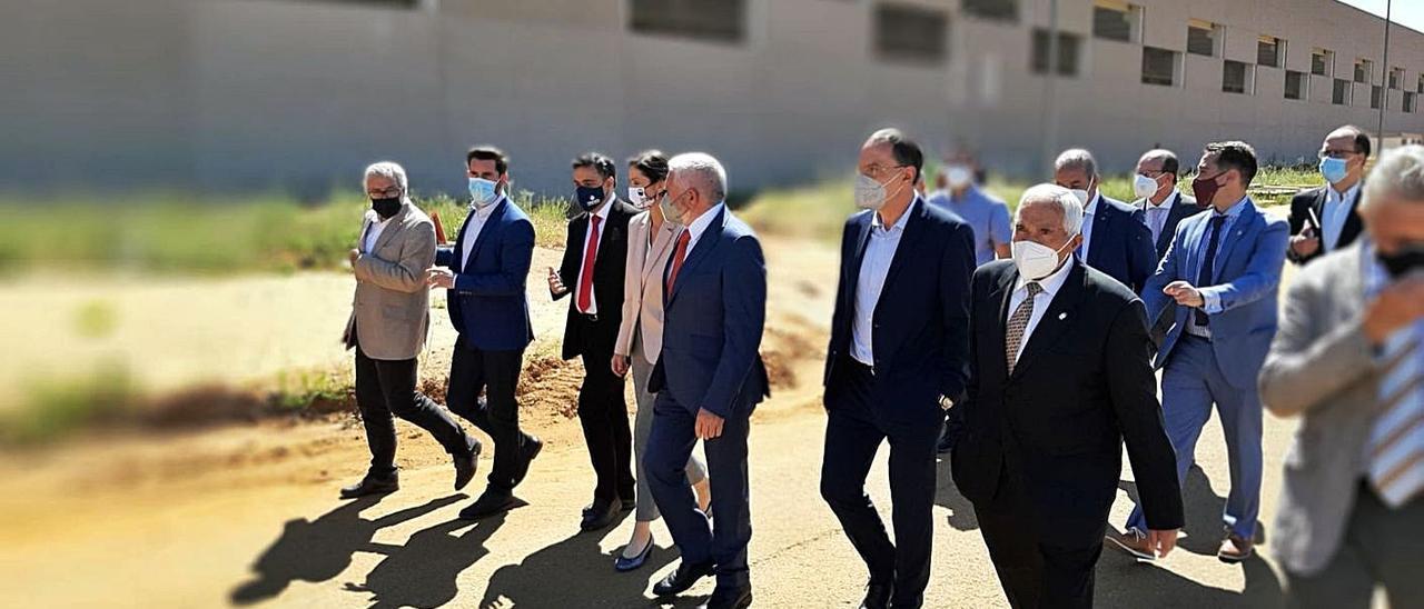 La comitiva de la Ministra de Industria, con Reyes Maroto, la cuarta por la izquierda, y Macario Fernández, a su izquierda, ayer, en Villabrázaro, en Zamora.