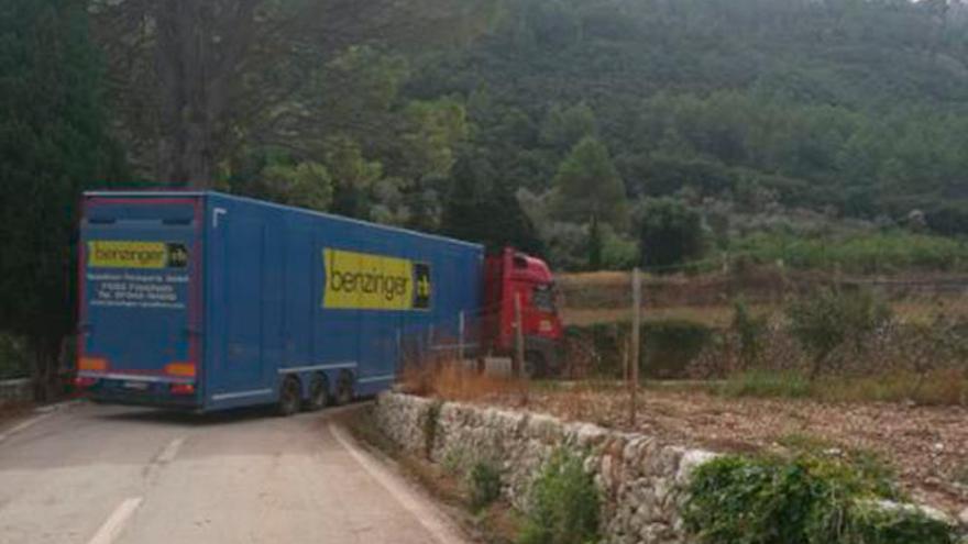 Un tráiler queda atascado en la carretera de Bunyola a Orient