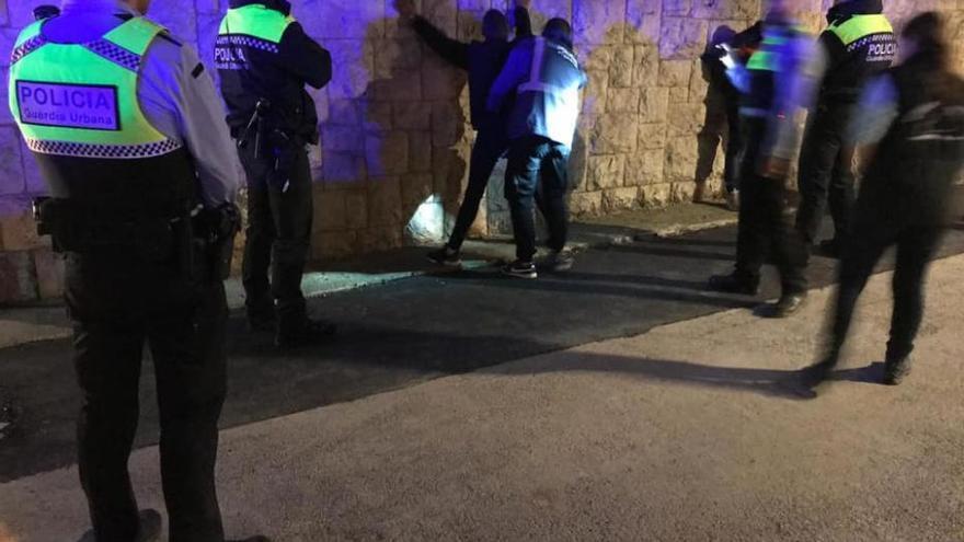 La Guàrdia Urbana fa el primer operatiu amb gossos detectors de droga a Figueres