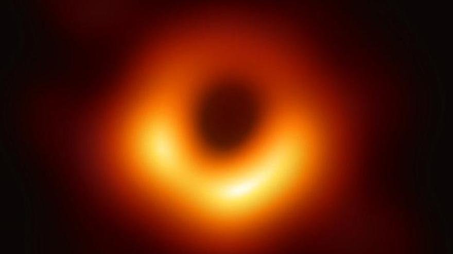 El primer agujero negro que se captó en imagen se tambalea