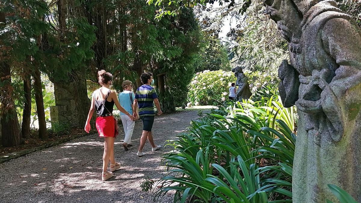 Visitantes en uno de los senderos de los jardines del pazo de Meirás. |   // LA OPINIÓN