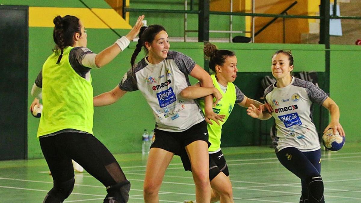 Las jugadoras del Rincón Fertilidad, durante un entrenamiento. | LA OPINIÓN