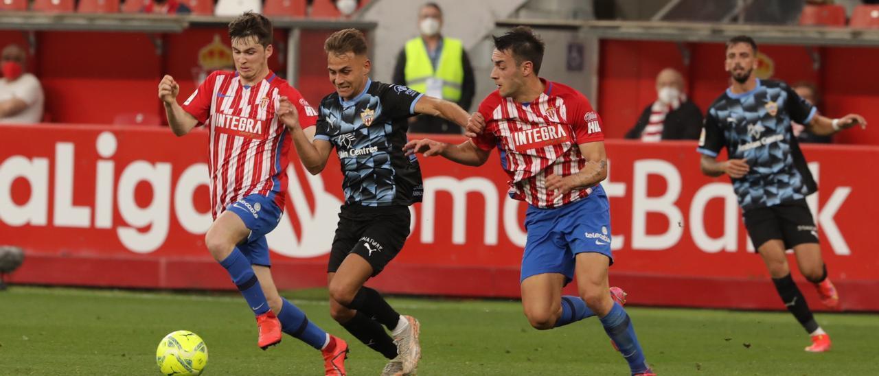 Fran Villalba, entre Guille Rosas y Pedro en el Sporting-Almería disputado en El Molinón el curso pasado