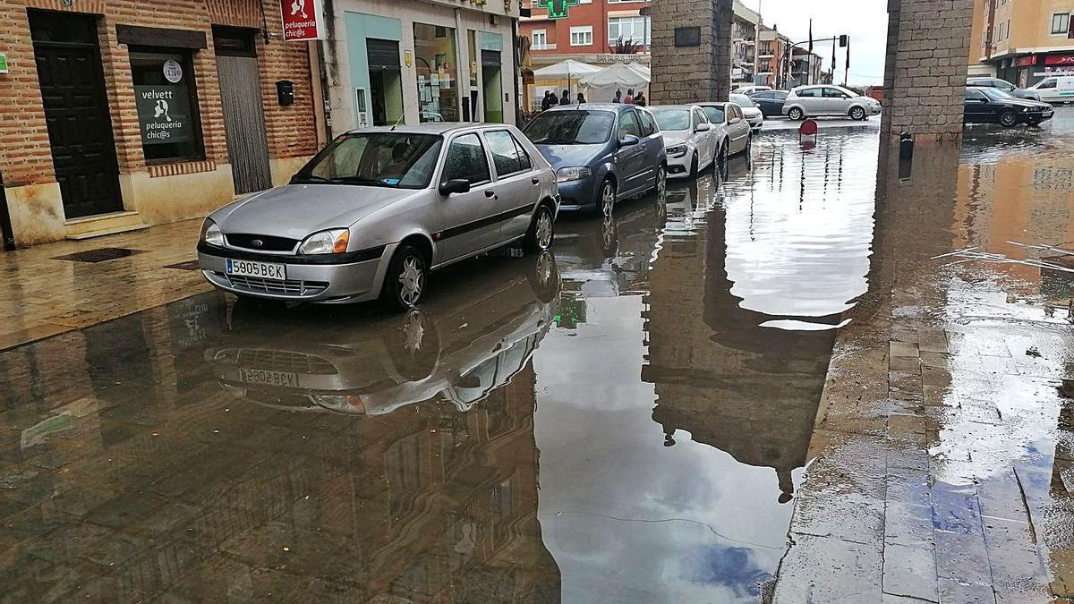 Tramo de la calle Corredera de Toro inundado por una fuerte tromba de agua. y granizo. | M. J. C.