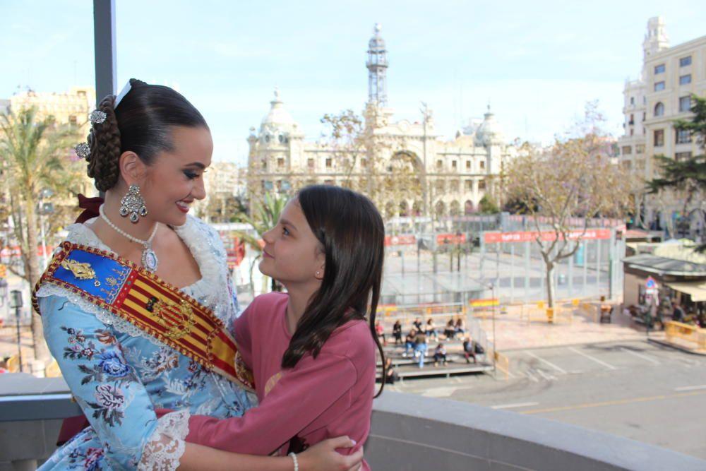 Aitana Hernández, su fallera mayor infantil, la que llevó las bandas en la exaltación.