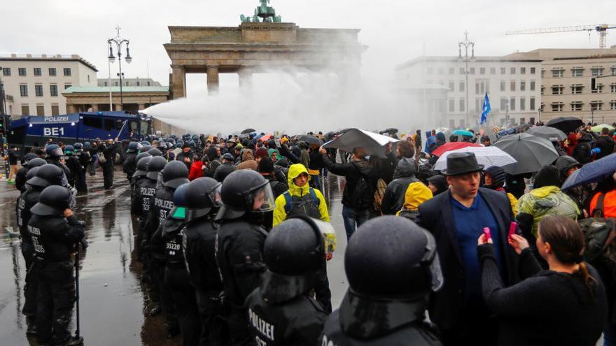 Cañones de agua y varias detenciones durante una protesta en Berlín de negacionistas del coronavirus