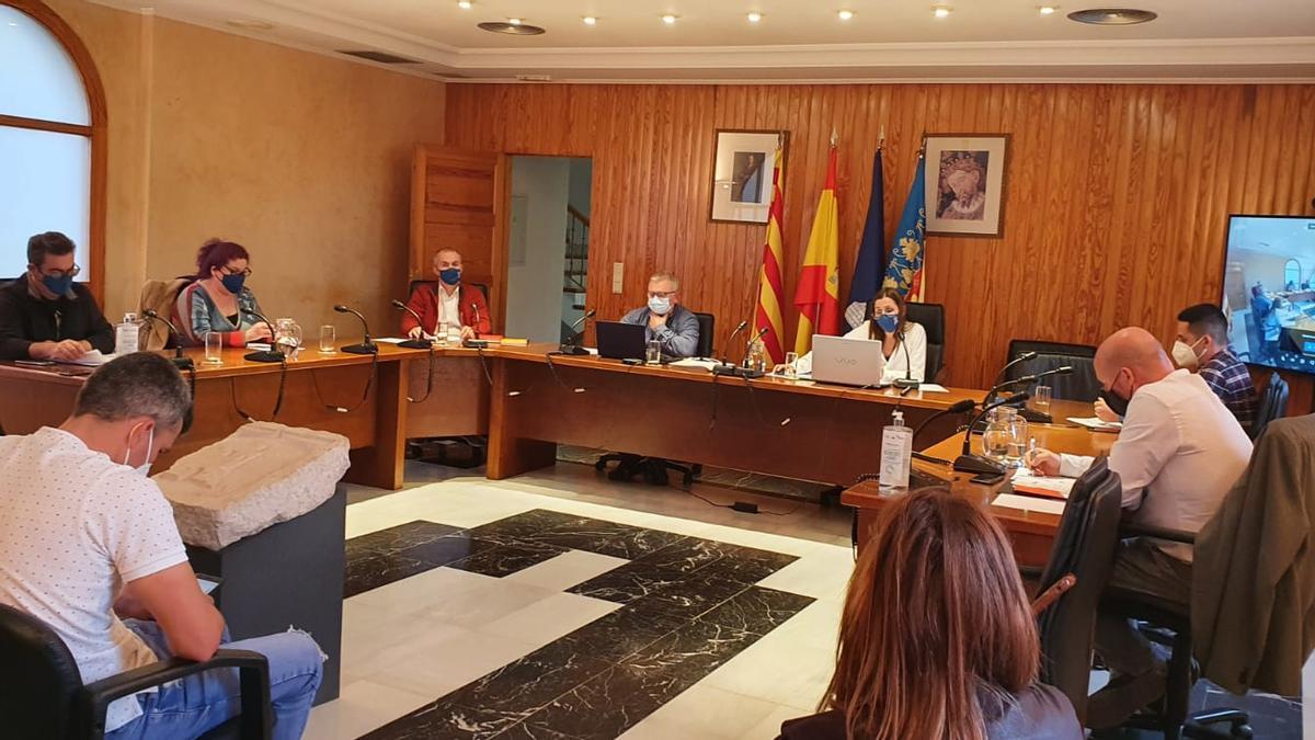 La primera teniente de alcalde, Mar Chesa (en el centro), presidió el pleno del Ayuntamiento de Ondara