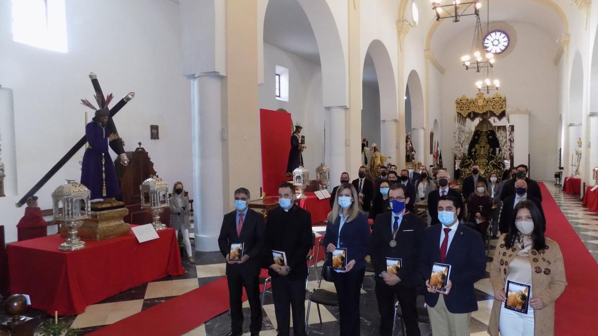 Autoridades y responsables de las cofradías, en la inauguración de la exposición.