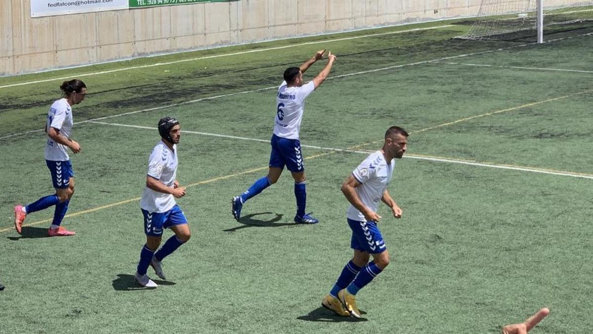Héctor Marrero celebra el tanto del empate.