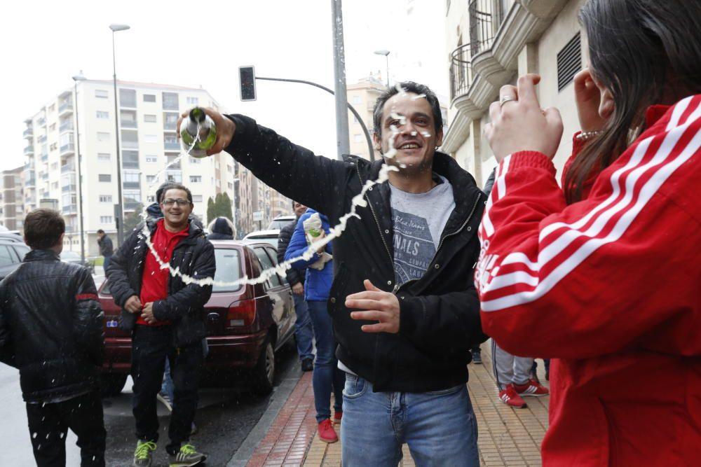 Un hombre celebra con una botella de champagne que le ha tocado 'El Gordo de la Lotería' en Salamanca.