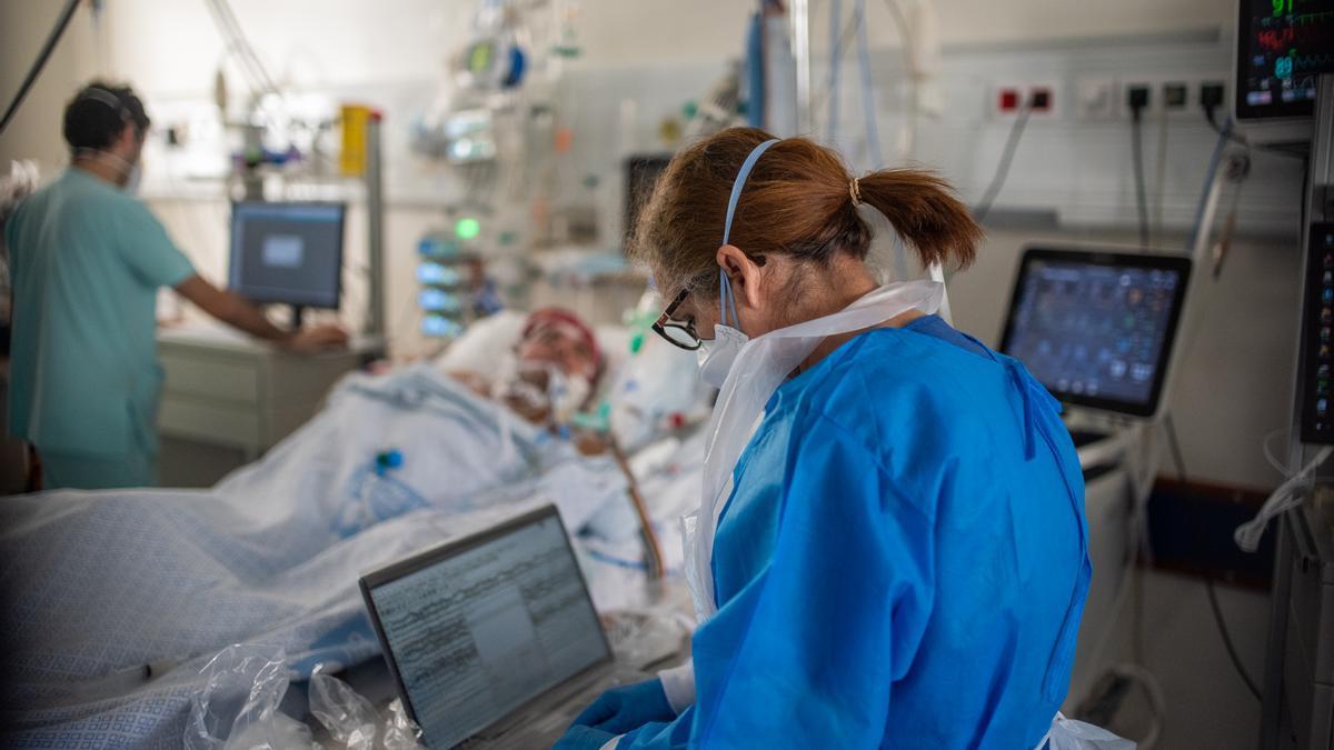 Sanitarios trabajan con pacientes covid en un hospital de Lisboa