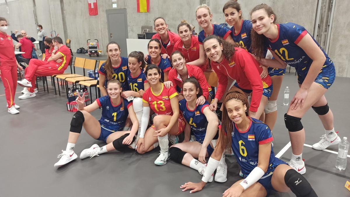 Raquel Montoro, sentada con el dorsal número 20, con la selección de voleibol.
