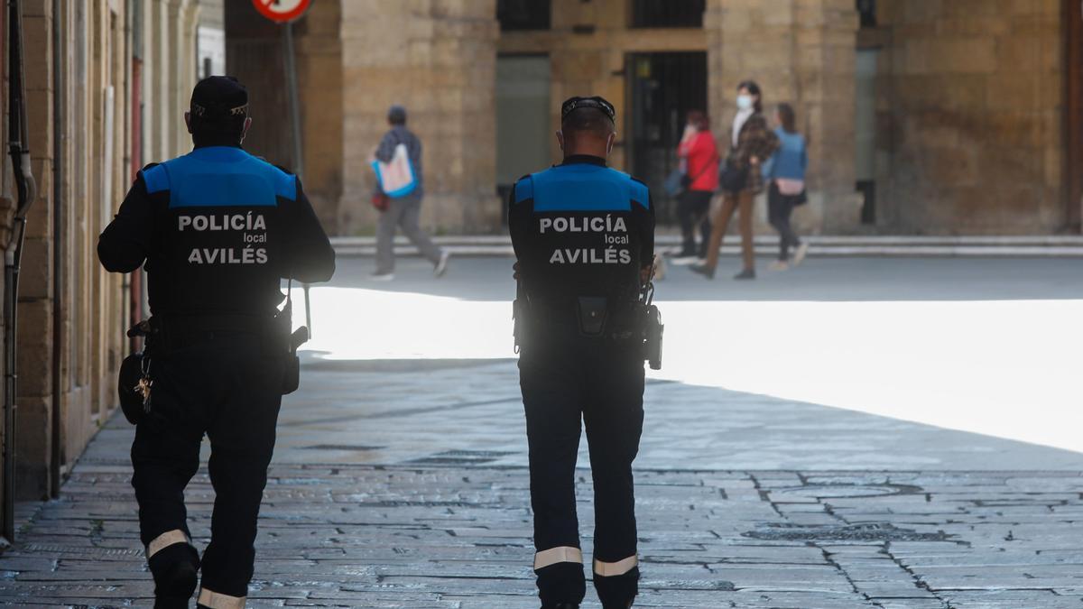 Agentes de la Policía Local de Avilés, en el casco histórico.