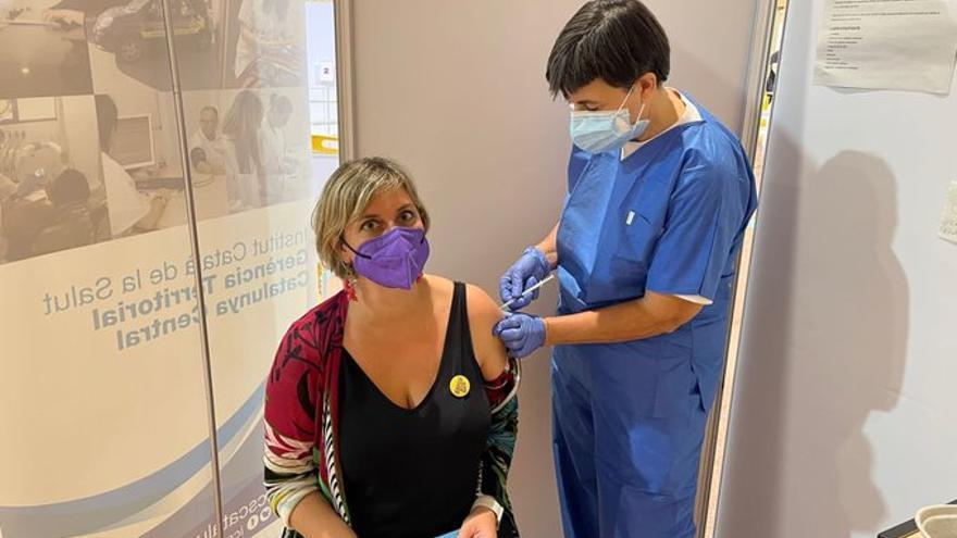 Vergés rep la vacuna contra la covid a Igualada i fa una crida a tothom a «formar part de la solució» de la pandèmia