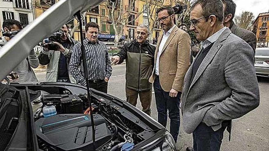 Los dos primeros taxis eléctricos se incorporan a la flota