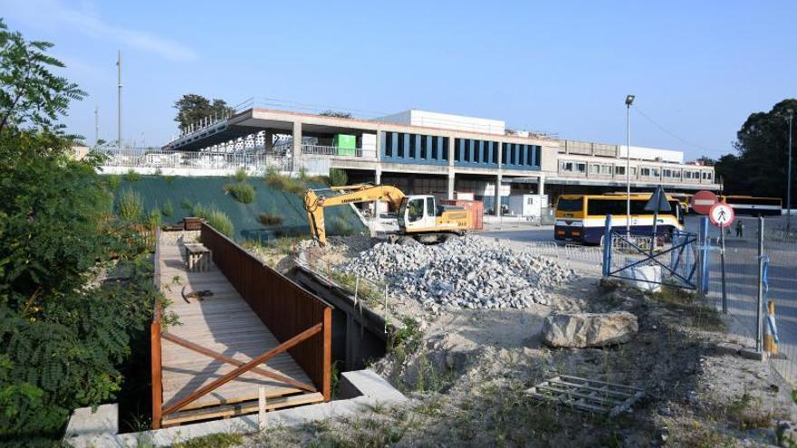 Tareas iniciales para destapar el tramo del río de Os Gafos bajo la estación de autobuses