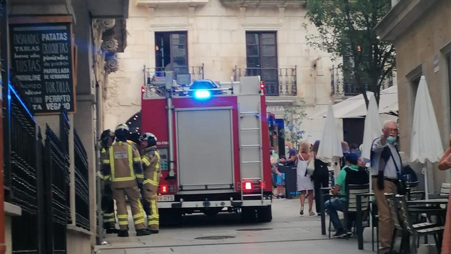 Humareda en el casco viejo de Vigo al arder la batería de un patinete eléctrico