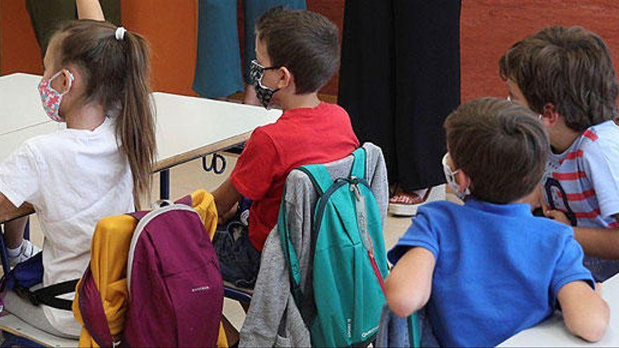 Dos alumnas cuyas familias rechazan el uso de la mascarilla recibirán clase solas por la queja de los demás padres