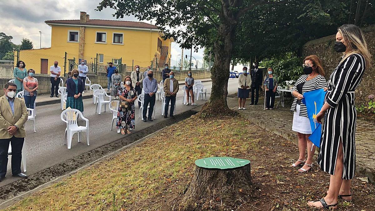 Un momento del homenaje a las víctimas junto al palacio de Miraflores. A la derecha, ante la placa conmemorativa, la consejera Rita Camblor y la vicealcaldesa Ana González. | Inés Gago