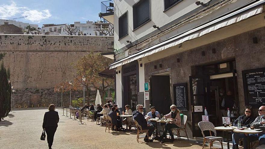 La restauración de Ibiza rechaza el turismo entre islas sin prueba negativa de covid