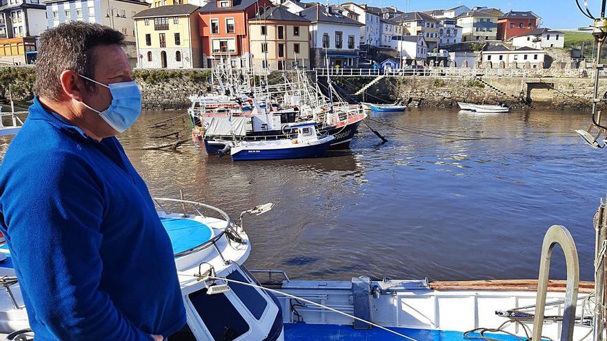 Puerto de Vega clama por el nuevo dique para evitar más daños en los barcos