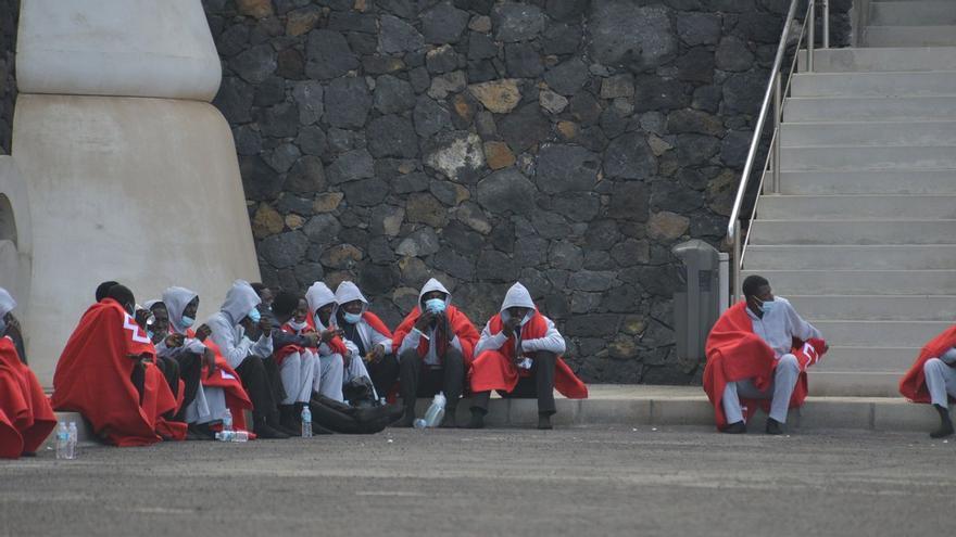 Un cayuco con 60 migrantes llega a El Hierro