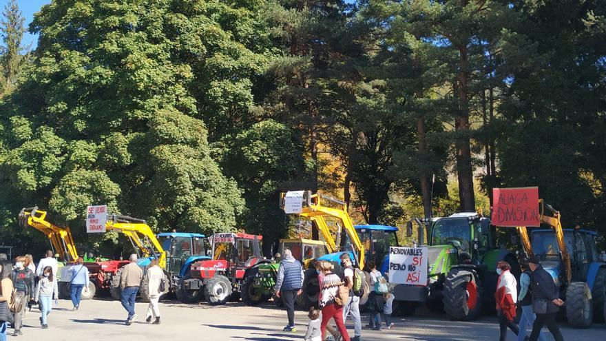 Los tractores invaden Biescas en protesta por la instalación de placas solares para una línea de alta tensión