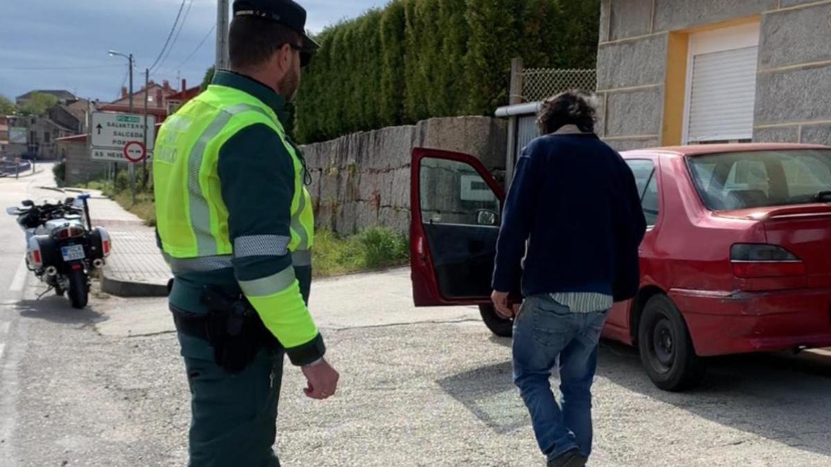 La Guardia Civil junto al vehículo y al conductor interceptado / FDV