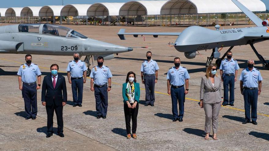 La ministra de Defensa conoce los drones Predator B de la base de Badajoz