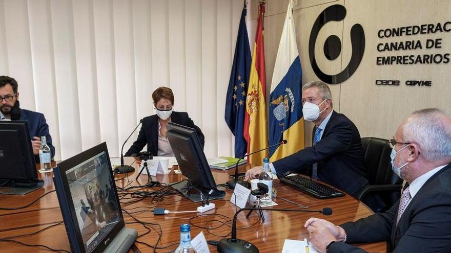 Municipios de Canarias multarán a los hoteles si no desalojan a los inmigrantes