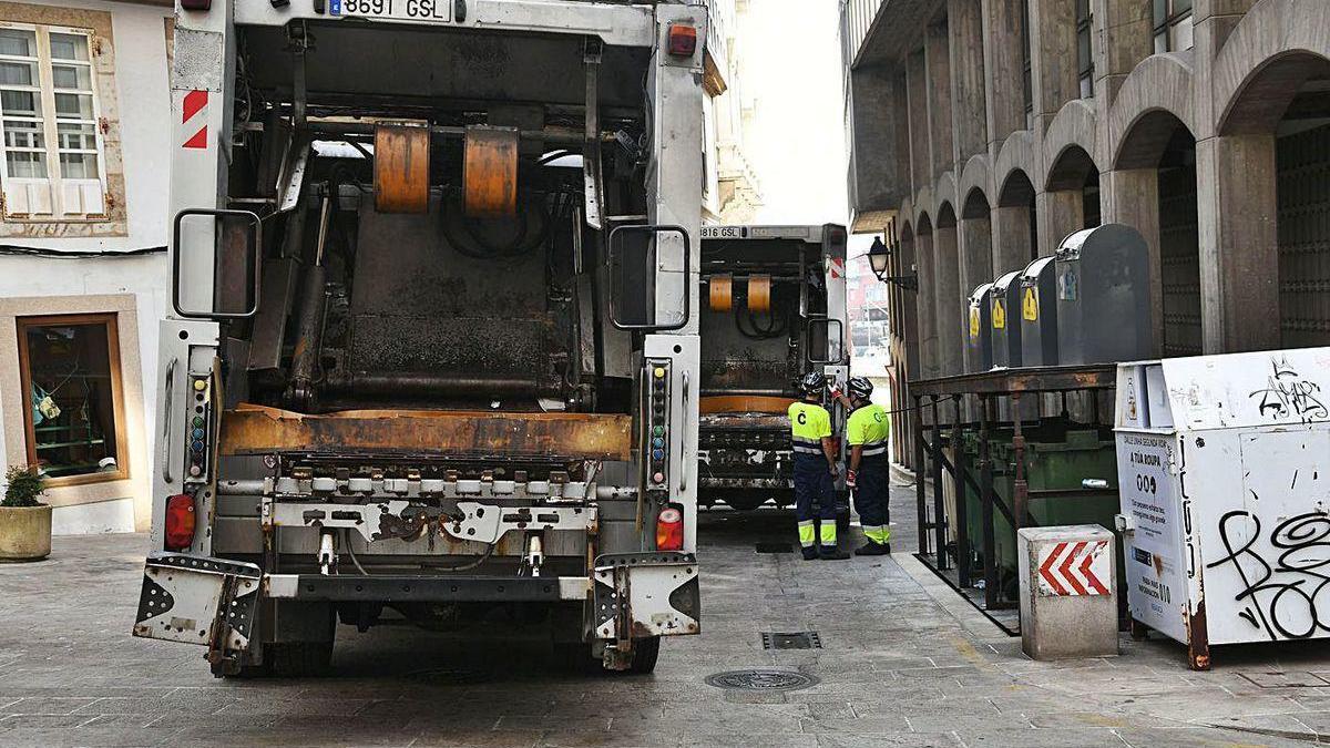 Camiones de recogida de basuras en una calle de la Ciudad Vieja.