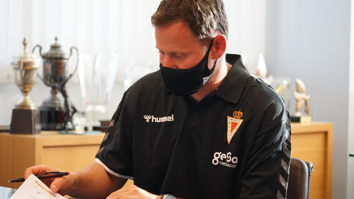 Mario Simón, entrenador del Real Murcia, firmando su contrato.