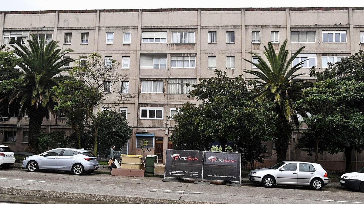 Fachada del bloque de las casas de Franco que da a la ronda de Outeiro.      // Carlos Pardellas