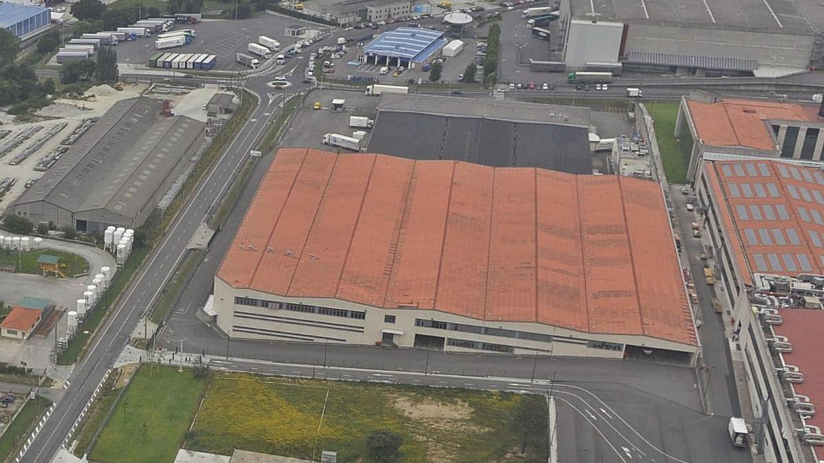 En primer plano, edificio de la sede central de Inditex que será demolido. |   // CARLOS PARDELLAS