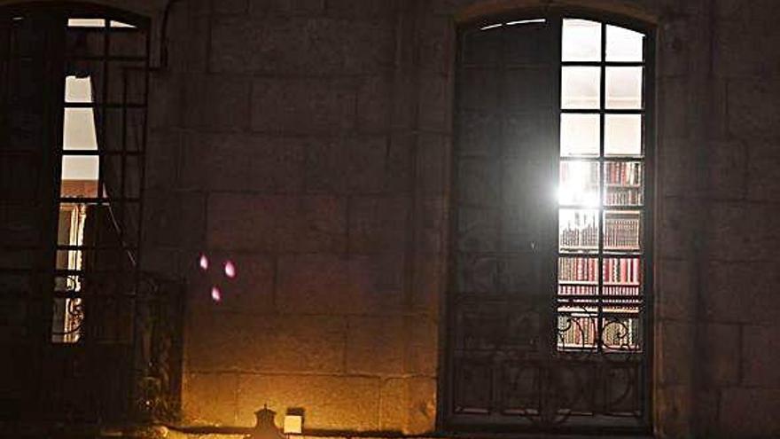 Luz tras la ventana de la Casa Cornide