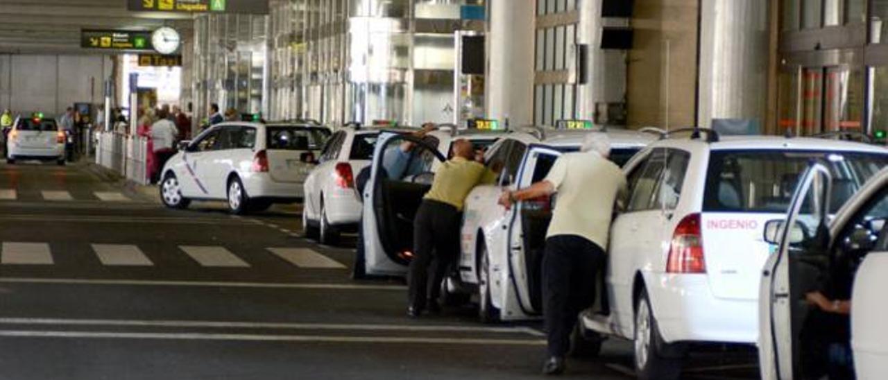 Taxistas de la capital, el Sur y Agaete acaparan los tránsfer del aeropuerto