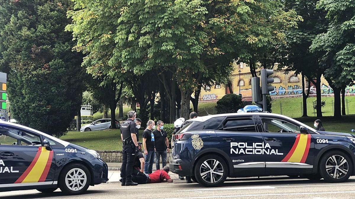 Agentes de la policía detienen a uno de los dos ocupantes del vehículo huído, ayer, frente a la plaza de toros de Buenavista.   E. Álvarez