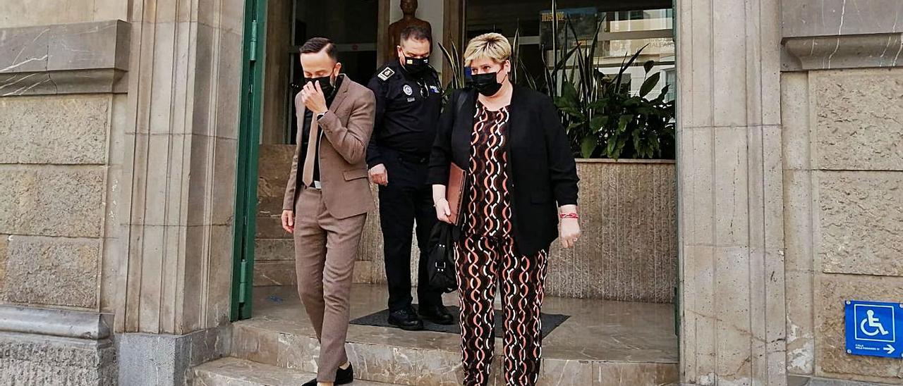 El alcalde de Capdepera sale de la Delegación con la regidora y el jefe de la Policía Local.