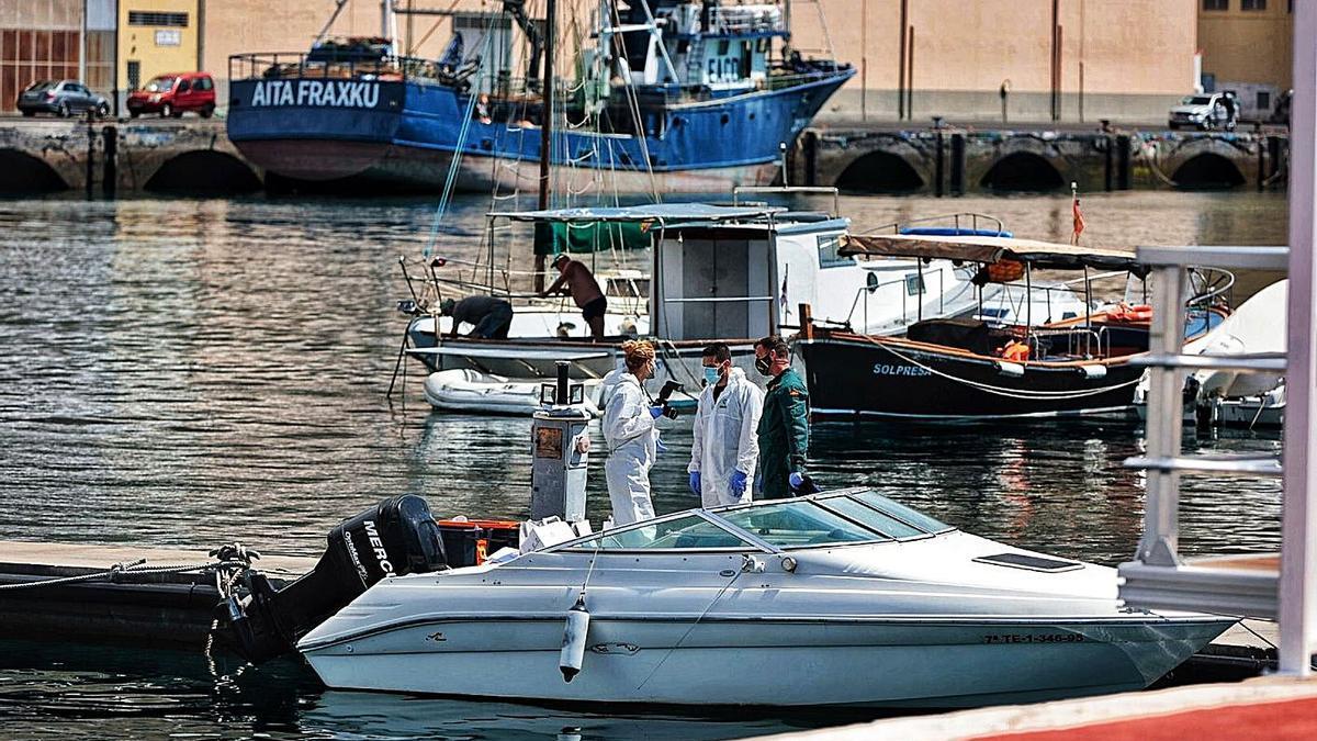 Efectivos de la Guardia Civil a bordo del barco de Gimeno.