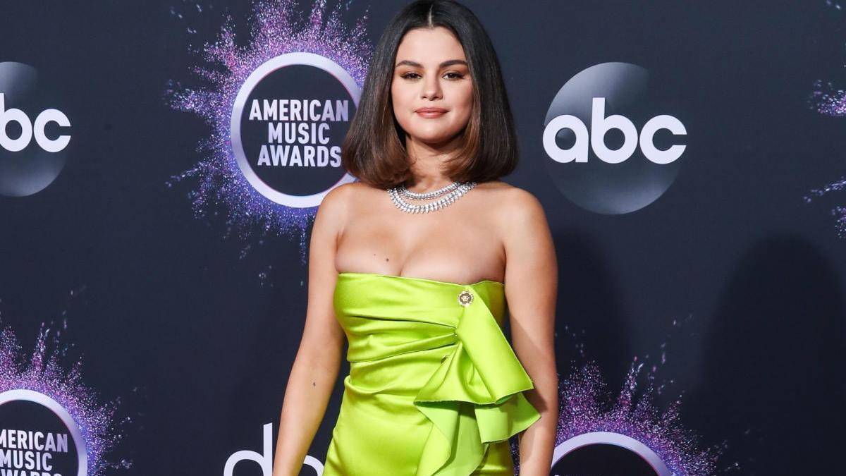 Selena Gomez, con un vestido 'wrap'.