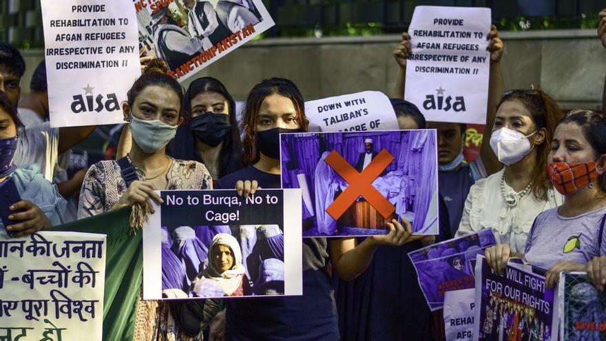 Una manifestación de mujeres afganas rompe el silencio en Kabul