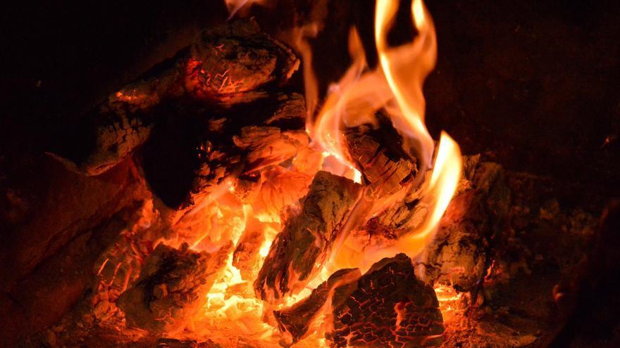 Las brasas mal apagadas de un churrasco incendian un galpón en Matamá