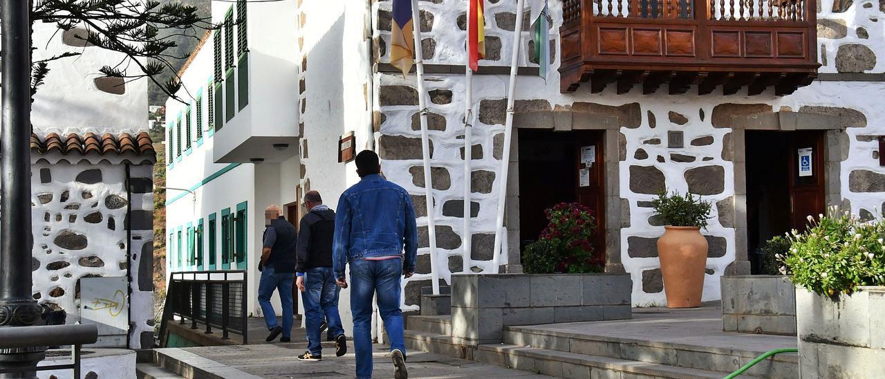 Agentes de la Guardia Civil entran al Ayuntamiento el 9 de marzo.