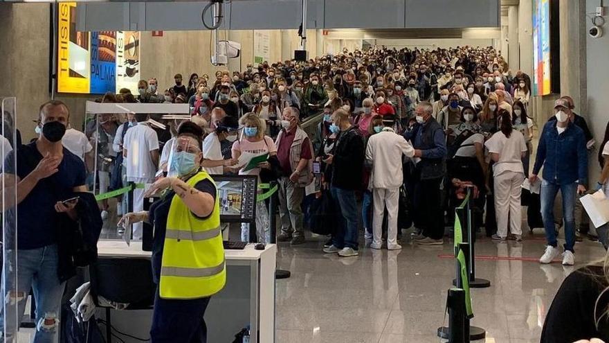 Pfingsturlaub: Passagiere drängeln sich am Flughafen Mallorca