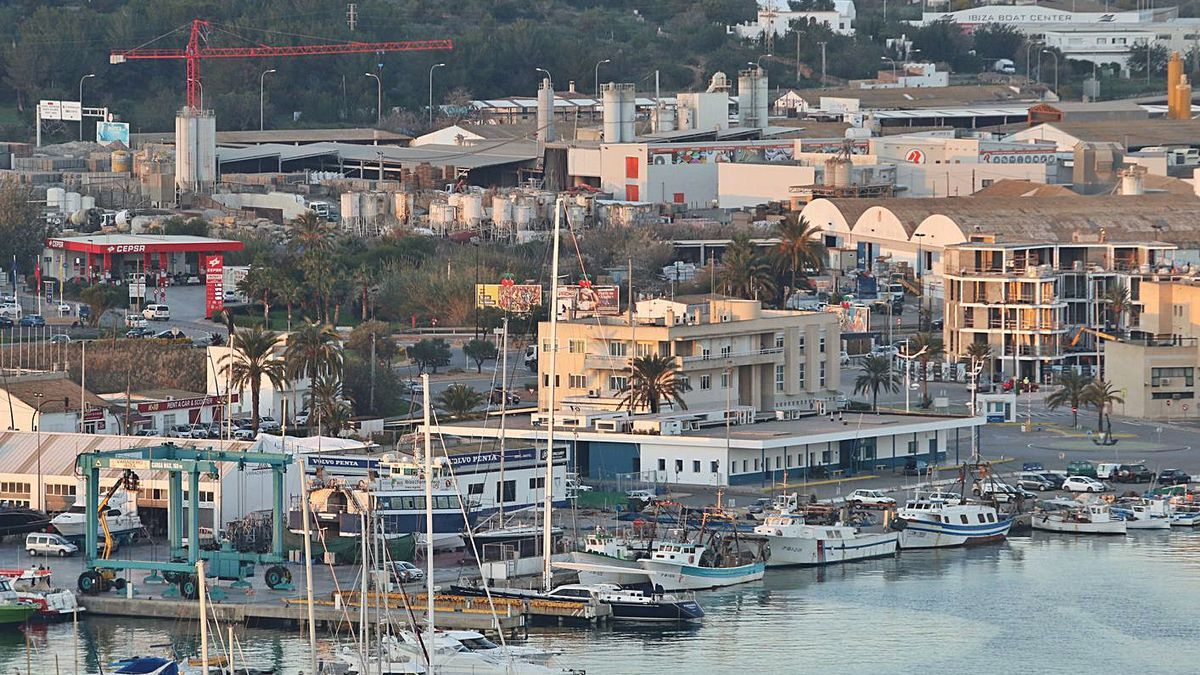 Imagen del muelle pesquero de Eivissa, adonde fue remolcado el 'Pepe Armonía'.