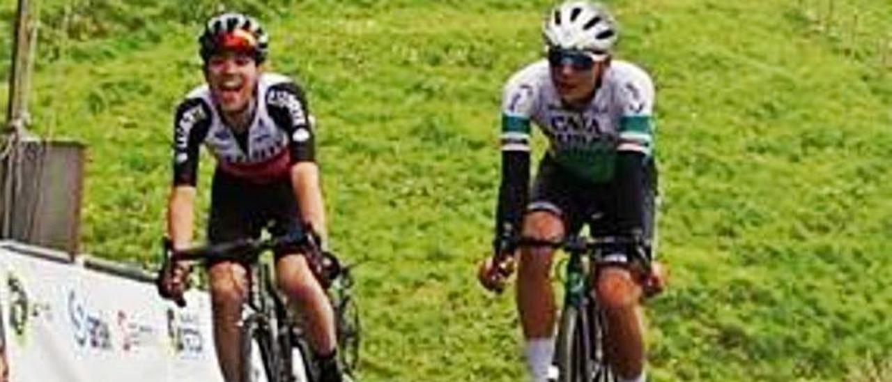 Sinuhé Fernández, a la izquierda, en el sprint triunfador de la Subida a Urraki, por delante de Pablo García. |