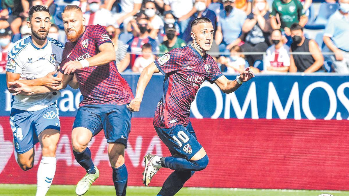 Escriche y Pitta pugnan por un balón ante un jugador del Tenerife