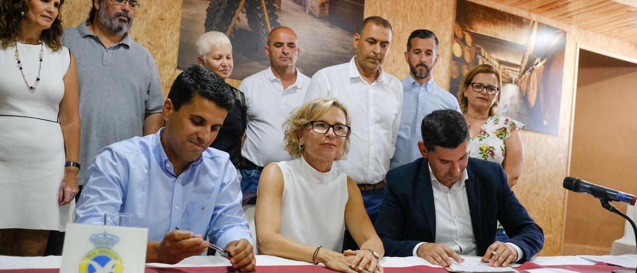 Por la izquierda, Henríquez (NC),  Narváez (PSOE) y Marichal durante la firma del pacto en 2019. Arriba, segundo por la derecha, Antonio Pérez.