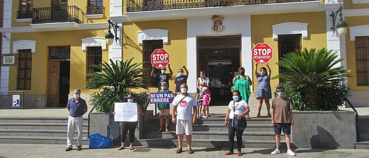 Protesta de la PAH, ayer, ante el ayuntamiento.