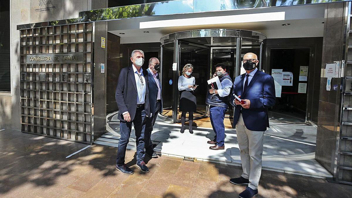 La comisión de seguimiento de las Fallas, que tiene como misión trazar su posible celebración, a la llegada a Sanitat.  | F. CALABUIG